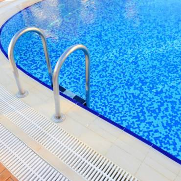 Good Reasons To Use A Pool Cleaning Service in Boca Raton